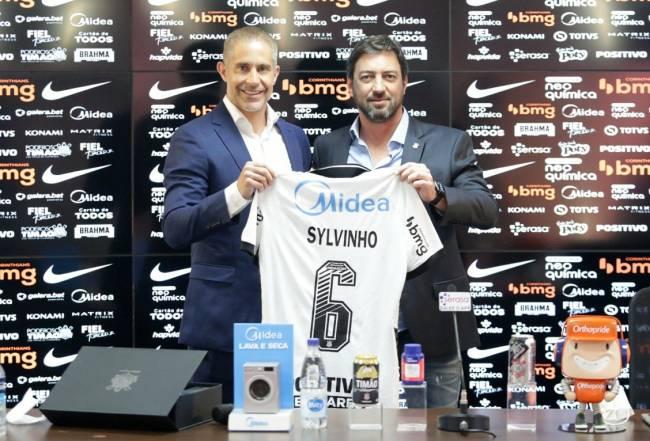 Sylvinho recebeu camisa 6 que utilizou quando jogador do clube -