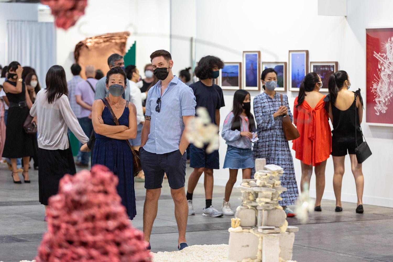 Com a regra de uso obrigatório de máscaras, visitantes da Art Basel voltam a frequentar feiras físicas de obras de arte