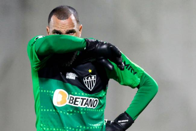Everson, goleiro do Atlético Mineiro, cobre o rosto já cheio de lágrimas por causa dos efeitos do gás lacrimogêneo. Os protestos fora do estádio Romelio Martínez, em Barranquilla, na Colômbia, afetaram os jogadores em uma das cenas mais vergonhosas da história da Libertadores -