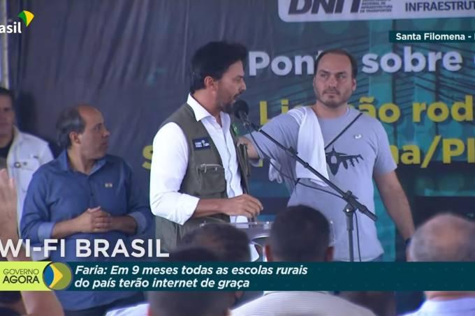 O vereador Carlos Bolsonaro cumprimenta o ministro das Comunicações, Fábio Faria