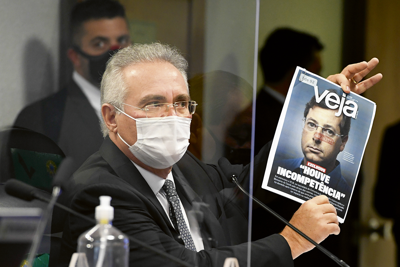 IRRITADO -Renan Calheiros, com a capa de VEJA: o relator pediu a prisão de Fabio Wajngarten após contradições e omissões -