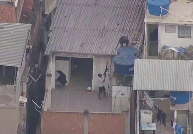Traficantes foram vistos na comunidade com fuzis