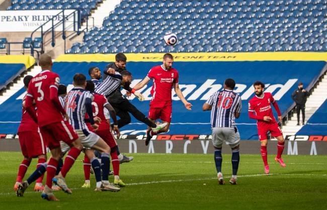 Alisson sobe para cabecear e marcar pelo Liverpool