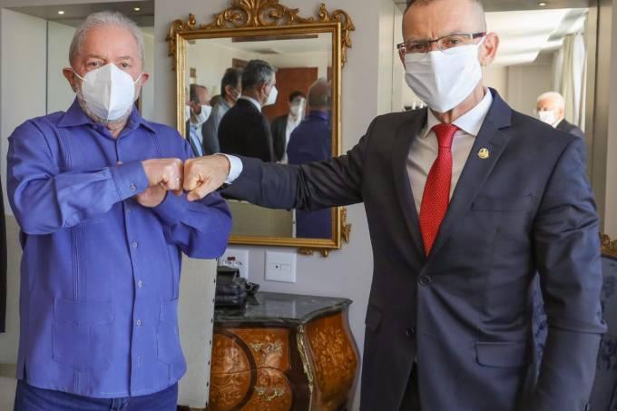 O ex-presidente Lula cumprimenta o senador Fabiano Contarato (Rede-ES), em Brasília
