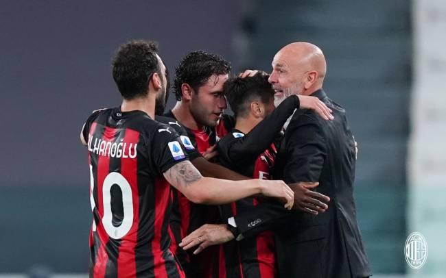 Jogadores do Milan e Pioli comemoram gol