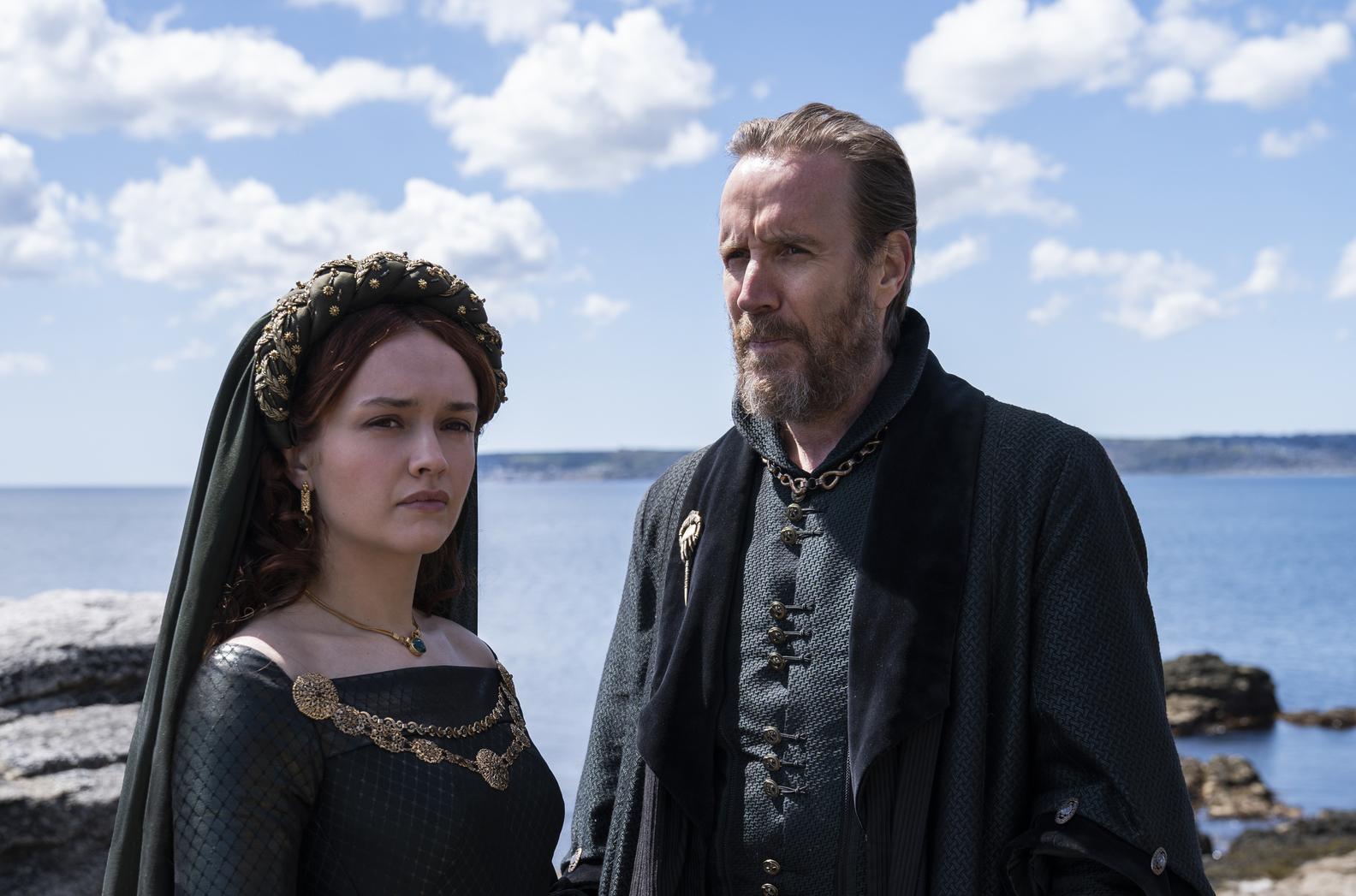 A atriz Olivia Cooke como Alicent Hightower e Rhys Ifans como Otto Hightower na série 'The House of The Dragon' -