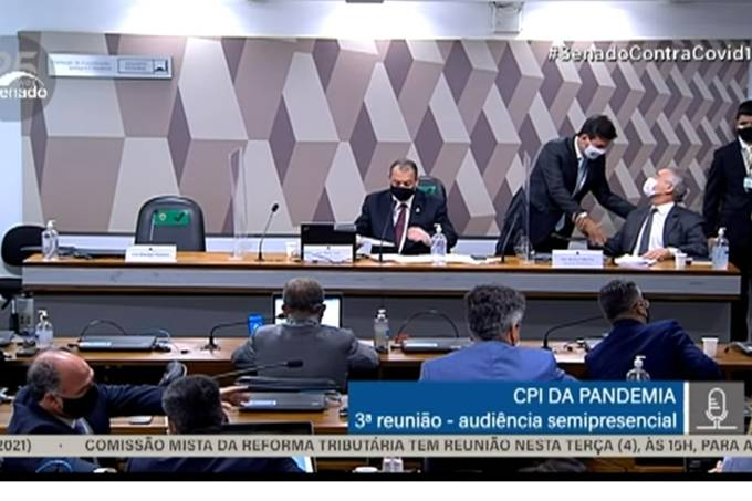 O ex-ministro da Saúde Luiz Henrique Mandetta cumprimenta o senador Renan Calheiros, relator da CPI da Pandemia no Senado – 04/05/2021