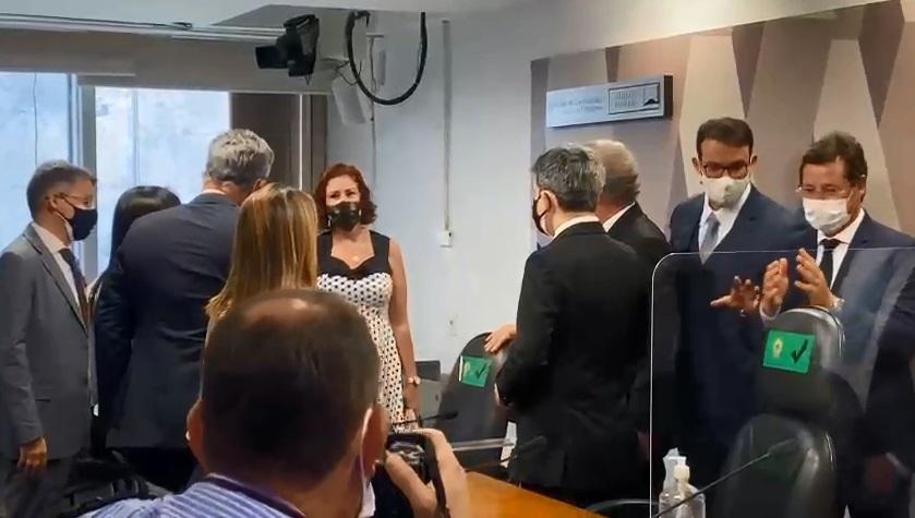 Carla Zambelli: Deputada bolsonarista invade CPI e diz que Renan ameaçou Wajngarten | VEJA