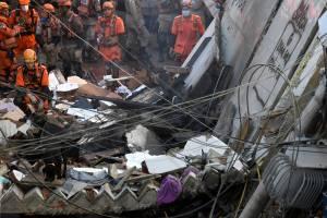 Parte dos escombros do edifício que caiu em Rio das Pedras, na Zona Oeste do Rio -