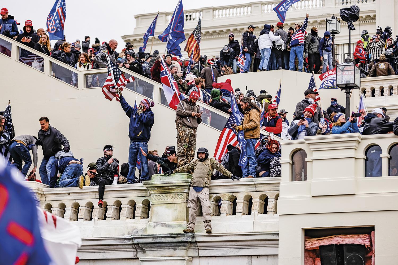 TUMULTO -A invasão do Capitólio, em janeiro: ação de bárbaros motivada pelas falsas acusações de Donald Trump -