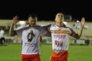 Jogadores do Juazeirense celebram vitória cont