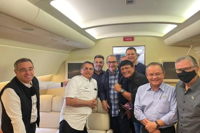 O ministro da AGU, André Mendonça (à esquerda), posa para fotos ao lado do presidente Jair Bolsonaro, do pastor Silas Malafaia, de deputados federais e um senador, dentro do avião presidencial, na chegada a Marabá (PA)
