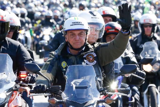 Bolsonaro durante passeio de moto neste sábado,12, em São Paulo