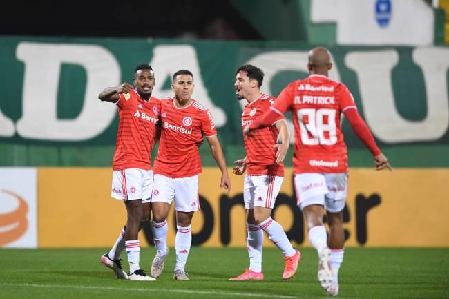 Jogadores do Internacional contra a Chapecoense pelo Brasileirão