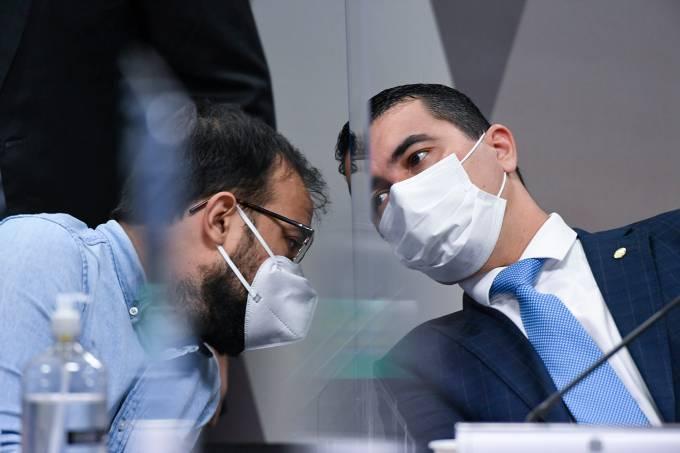 O servidor público Luis Ricardo Miranda e seu irmão, o deputado federal Luis Miranda, durante depoimento na CPI da Covid -