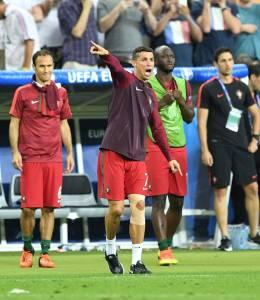 Cristiano Ronaldo orienta time do banco de reservas