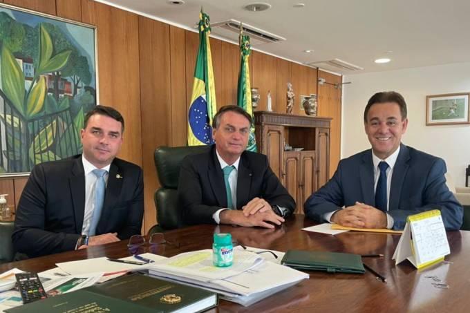 O senador Flávio Bolsonaro, o presidente Jair Bolsonaro, e o presidente do Patriota, Adilson Barroso, em reunião no Palácio do Planalto – 01/06/2021