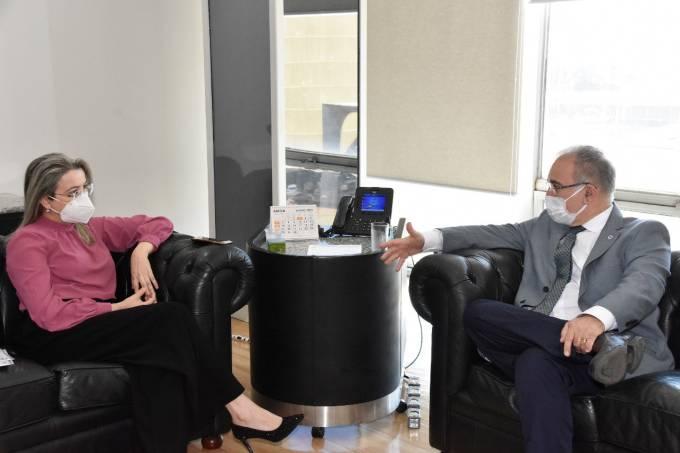 A nova secretária extraordinária de Enfrentamento à Covid-19, Rosana Leite de Melo, conversa com o ministro da Saúde, Marcelo Queiroga