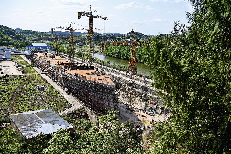 EMERGINDO -O hotel-navio: cópia está em construção na província de Sichuan -