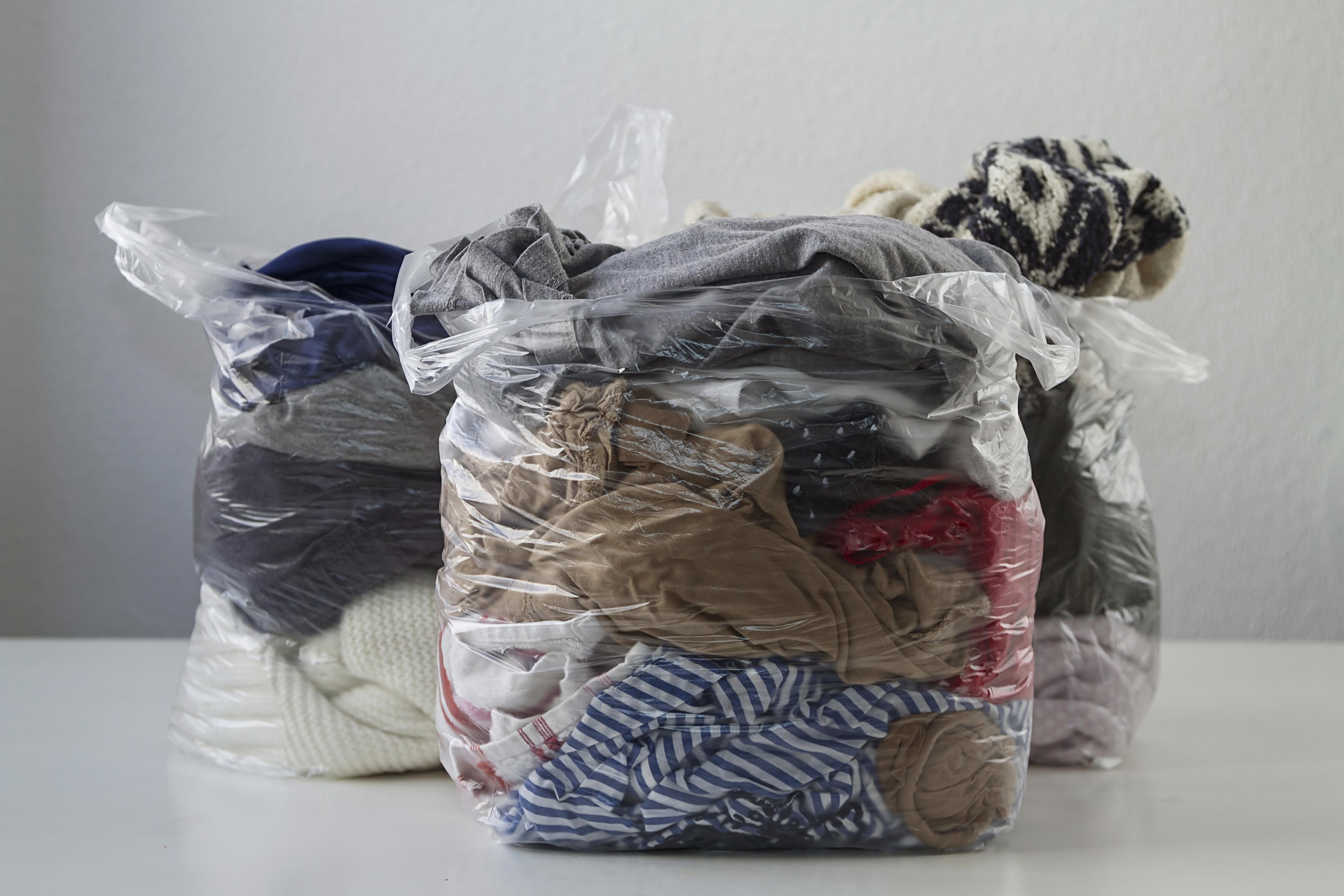 Sacos plásticos com roupas