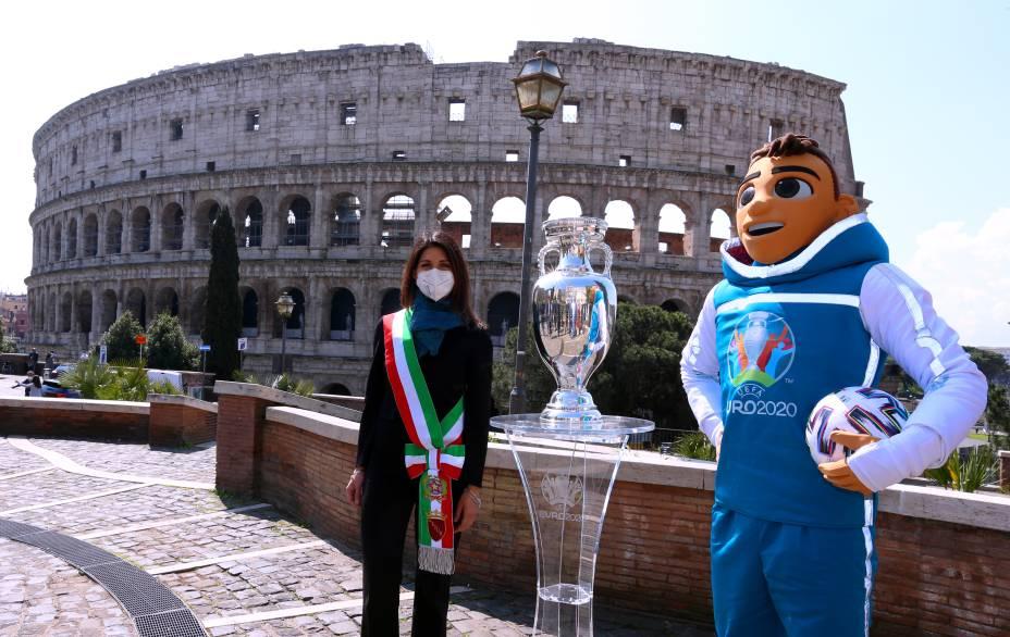 A prefeita de Roma, Virginia Raggi, com a taça da Eurocopa