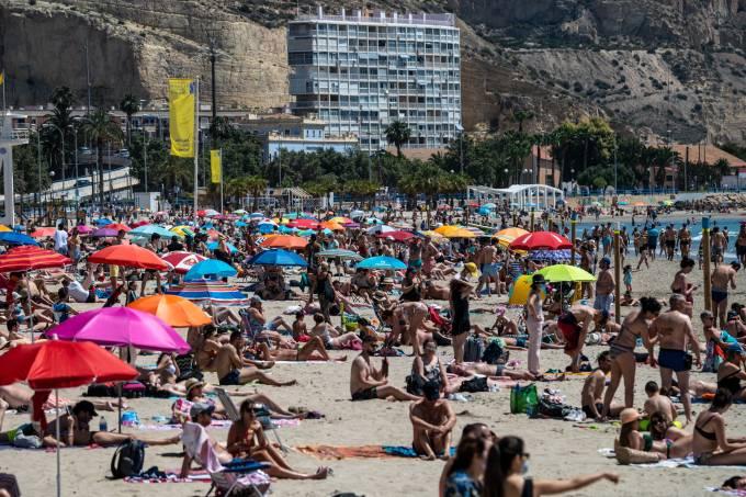 People enjoy high temperatures in a crowded El Postiguet