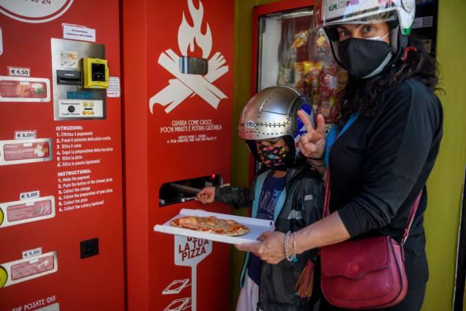Pizza de máquina em Roma, Itália