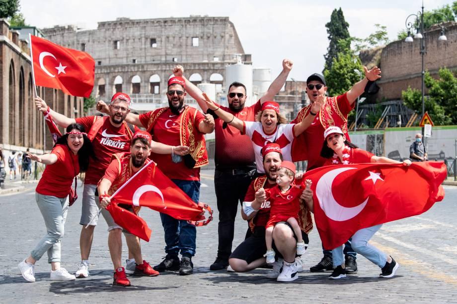 Grupo de turcos passeia pelo Coliseu antes da abertura da Euro, em Roma