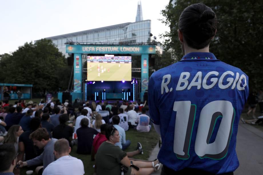 Torcedor com a camisa de Roberto Baggio na fan fest em Roma