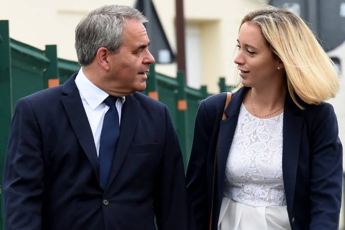 Xavier Bertrand, former minister and candidate to his succession as president of the northern France Hauts-de-France region, and his wife Vanessa arrive to vote at a polling station in Saint-Quentin, for the second round of the French regional elections on June 27, 2021.