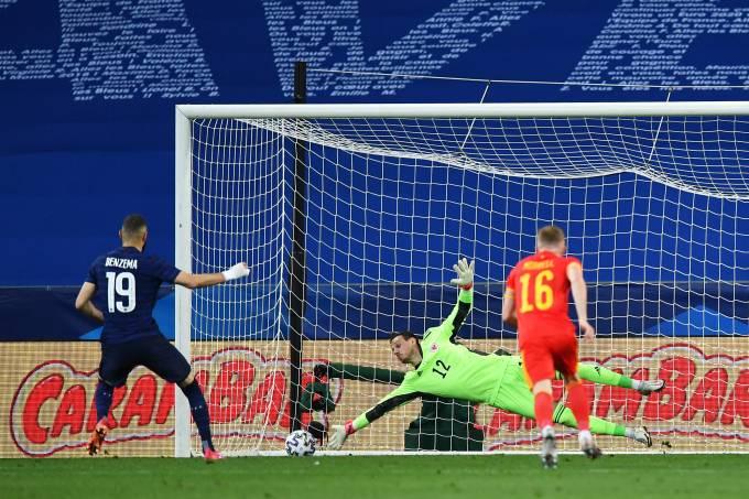 Karim Benzema desperdiça pênalti contra o País de Gales