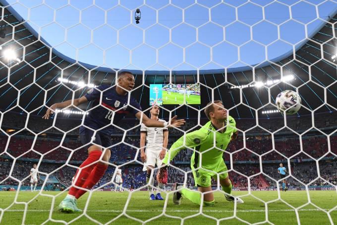 Mbappé celebra gol contra de Mats Hummels ao lado do goleiro Neuer, em Munique