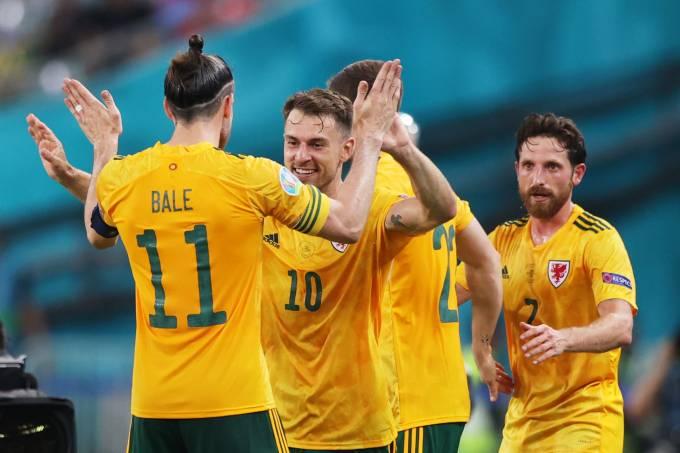 Aaron Ramsey agradece Gareth Bale pela assistência no primeiro gol, em Baku