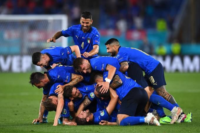 Jogadores da Itália celebram gol de Manuel Locatelli contra a Suíça, em Roma