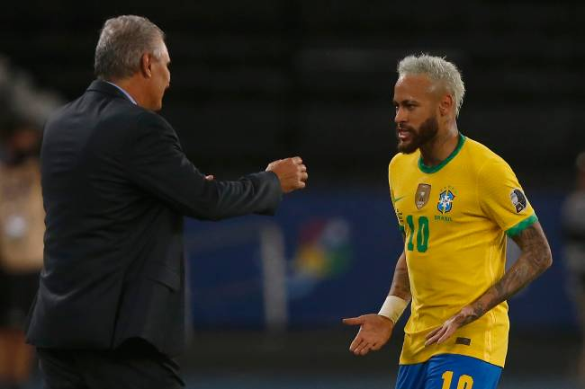 Neymar comemora seu gol com o técnico Tite