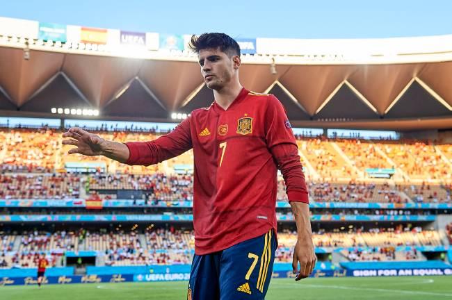 Alvaro Morata, da Espanha, de mangas longas no calor de Sevilha