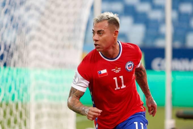 Vargas marcou o gol chileno, com o símbolo da Nike coberto por bandeira do país