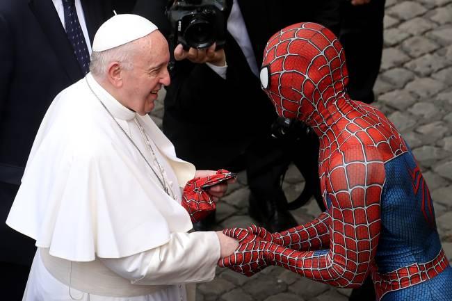 Homem vestido de Homem-Aranha encontra papa Francisco após audiência no Vaticano -
