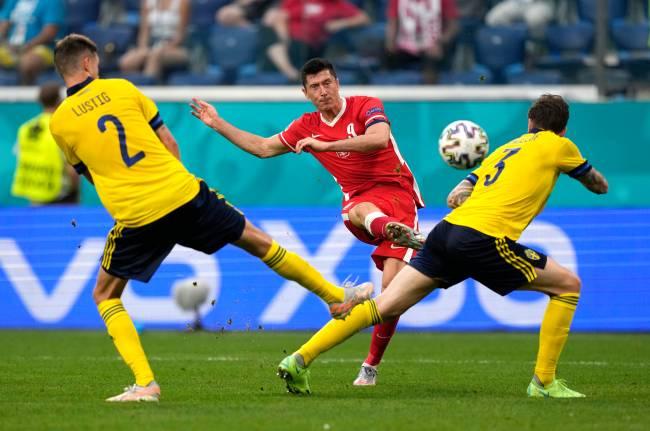 Robert Lewandowski marcou um belo gol contra a Suécia