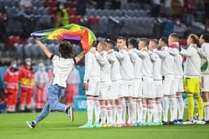 Torcedor invadiu o campo em Munique com bandeira LGBT+