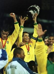 Cafu ergue o troféu da Copa América de 1999