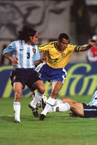Cafu disputa bola com o argentino Sorín na Copa América de 1999
