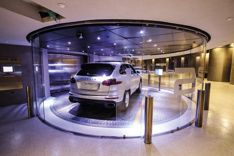SUBINDO -Porsche Tower, em Miami: luxo de entrar com o carro no elevador -