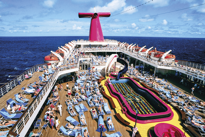 SOL NO CONVÉS -Passageiros na piscina de um navio: verão em alto-mar na mira dos brasileiros -