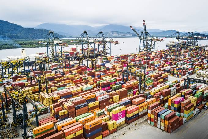 Contêineres no porto de Santos (SP)