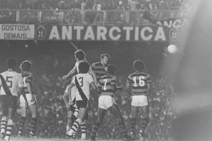 Rondinelli, do Flamengo, marcando um gol contra o Vasco, no jogo final do Campeo