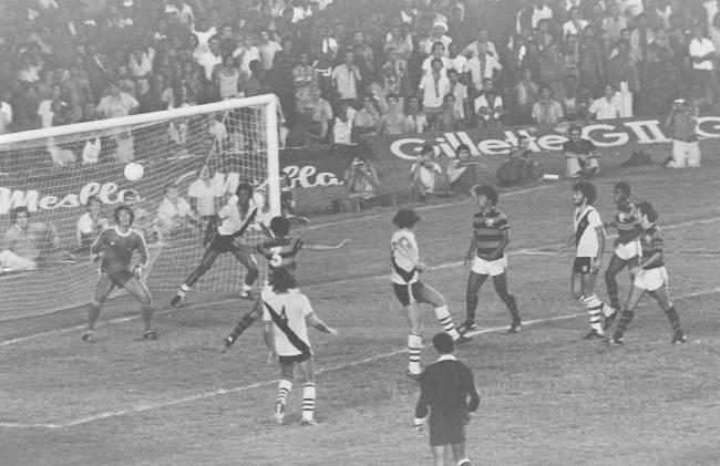Rondinelli, do Flamengo, marcando um gol contra o Vasco, no jogo final do Campeonato Carioca de 1978.