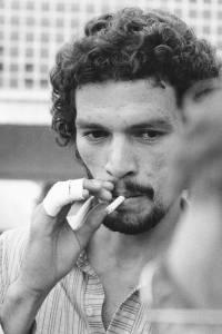 Sócrates, com os dedos enfaixados, fumando -