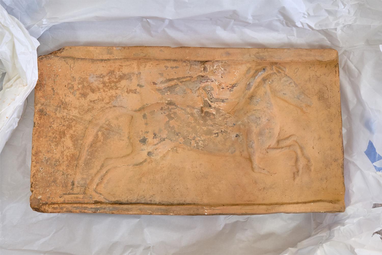 Tijolo arquitetônico de 550 a.C., parte da doação da coleção greco-romana recebida pelo Museu Nacional do Rio de Janeiro