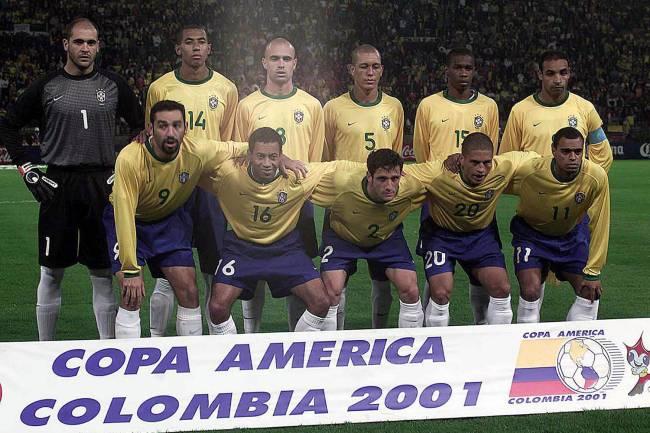 Time do Brasil posado, antes do jogo contra Honduras pelas quartas-de-final da Copa América, no Estádio Palogrande -